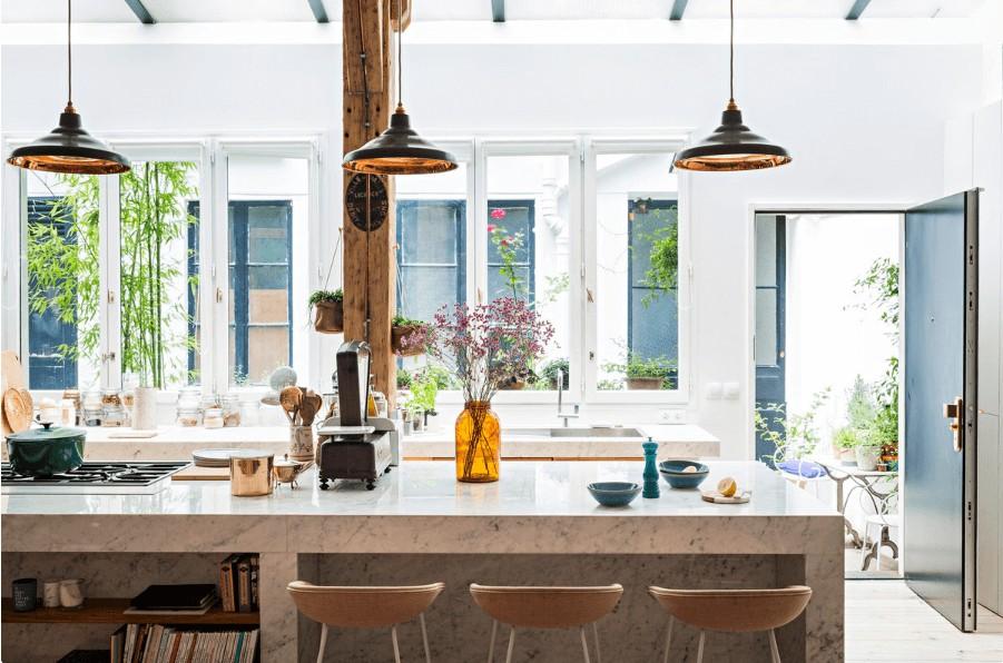 Loft industriel et cosy en marbre, bois et mobilier rosé
