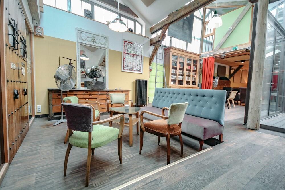 Loft vintage installé dans une ancienne charbonnerie, décoré avec des meubles chinés pour accueillir un événement