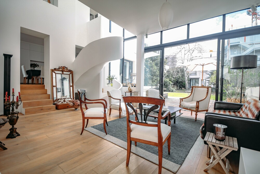 Grande maison moderne à la manière d'un loft, décorée avec soin, claire et épurée