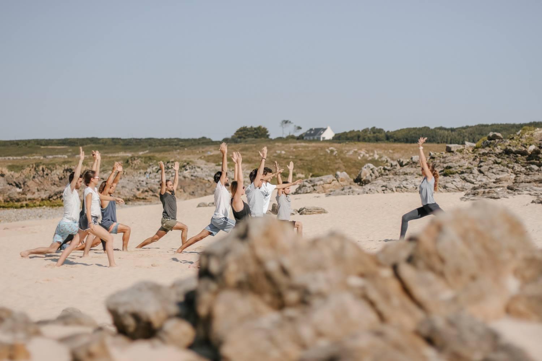 Session Yoga face à l'océan lors de l'escapade de start-ups Out of Office, organisé par OfficeRiders à la Swenson House (Audierne, Bretagne)