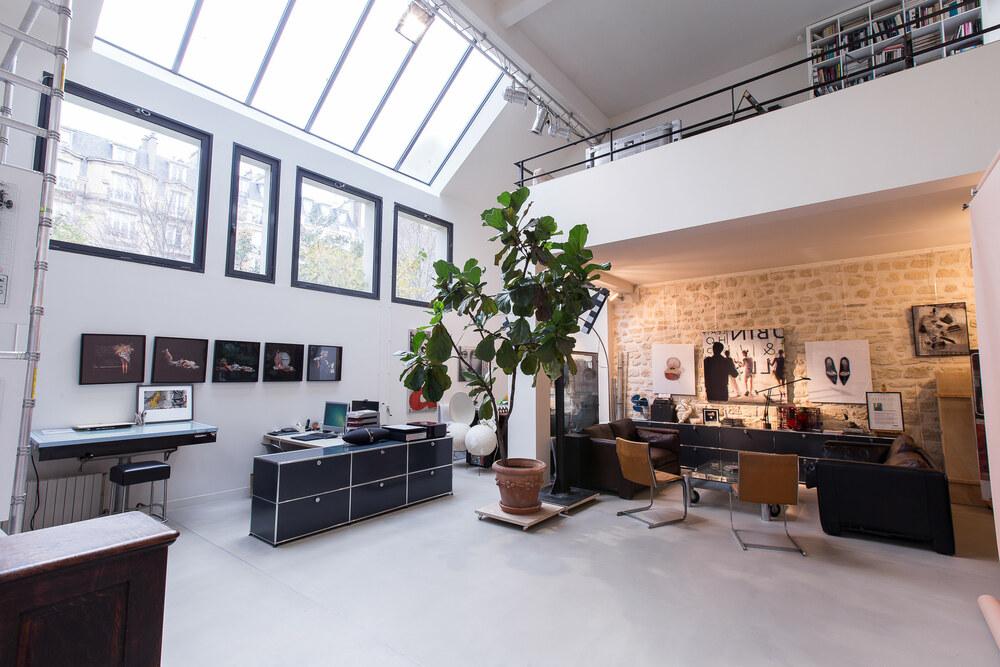 Grande maison d'artiste à la manière d'un loft brut, épuré et moderne à la fois devenu un studio photo