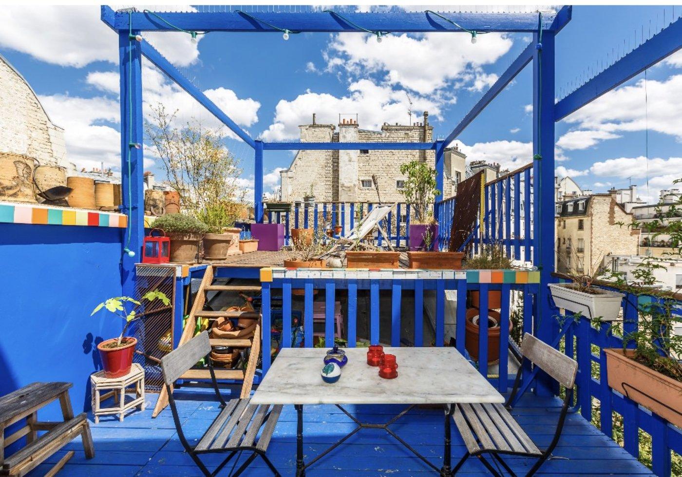 Improbable terrasse d'un bleu éclatant avec vue sur toute la ville