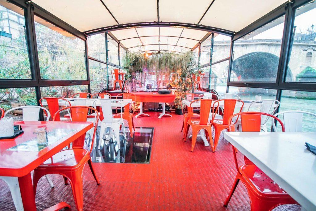Une salle de réunion sur une péniche colorée. Evènements d'entreprise, réunions, évènements et séminaires ou encore journées de production