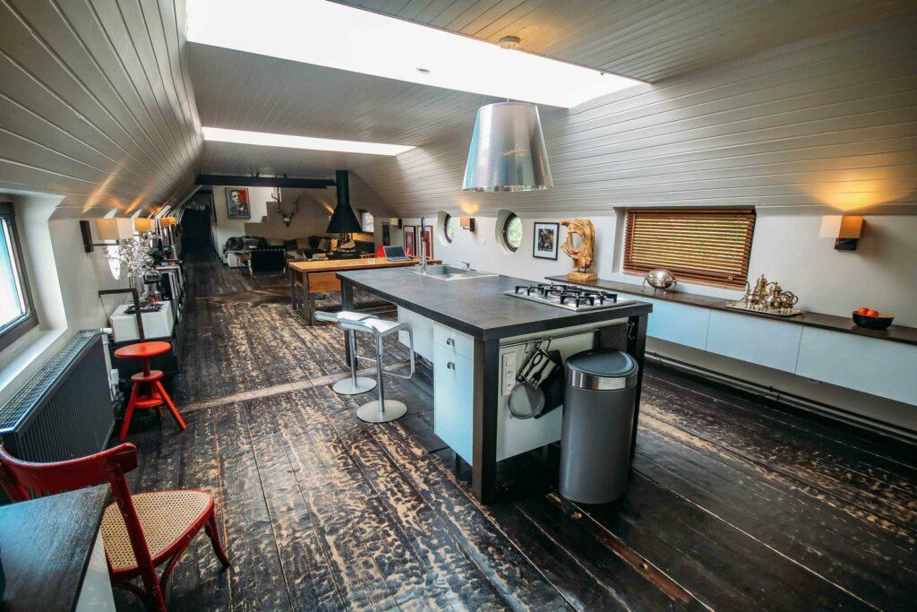 Une cuisine atypique, presque secrète. Cette cuisine est flottante, car elle se trouve sur une péniche et elle n'attend plus que votre événement pour démarrer.