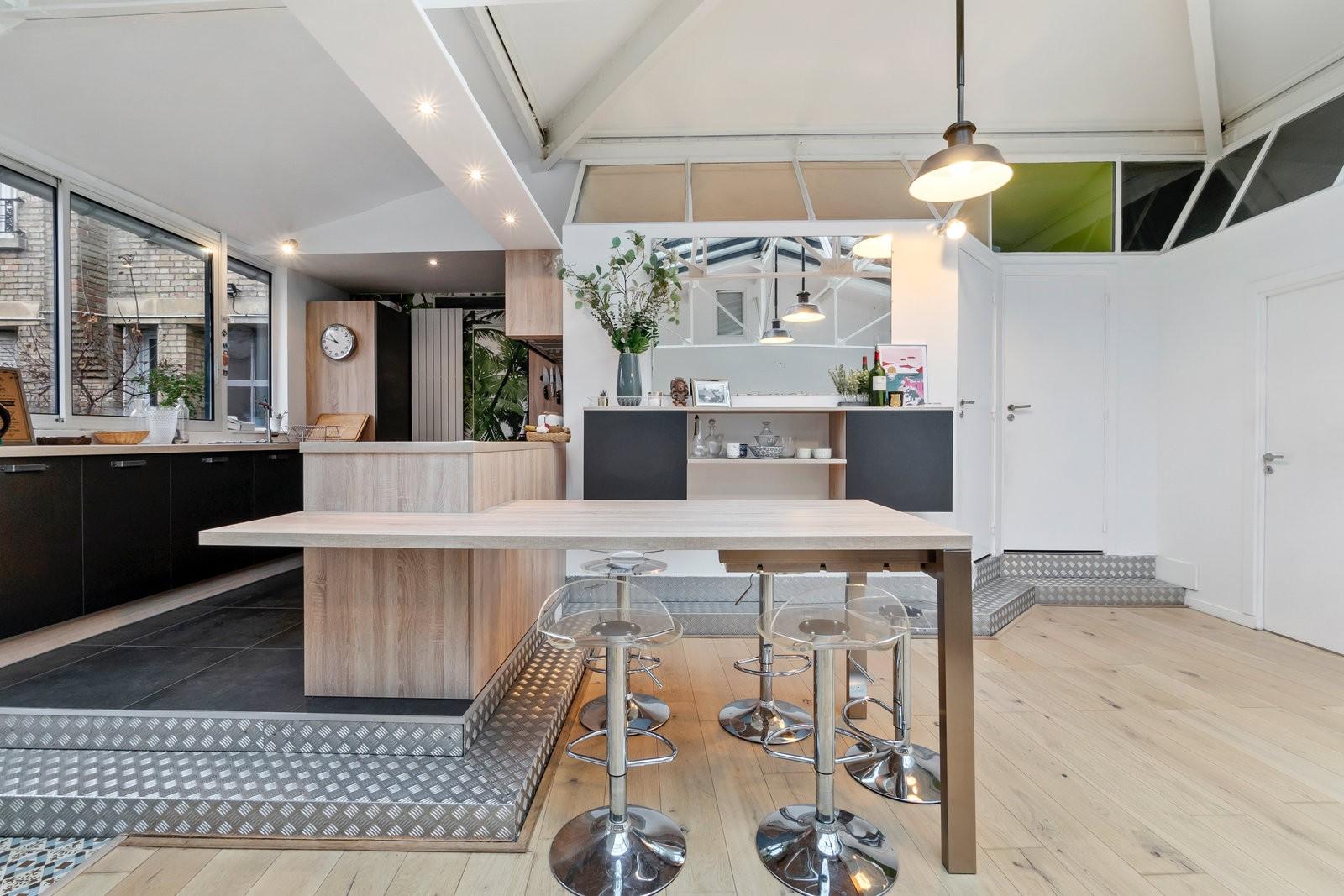 Une cuisine déstructurée en inox. On s'imagine bien faire un déjeuner entre amis dans cette pièce.