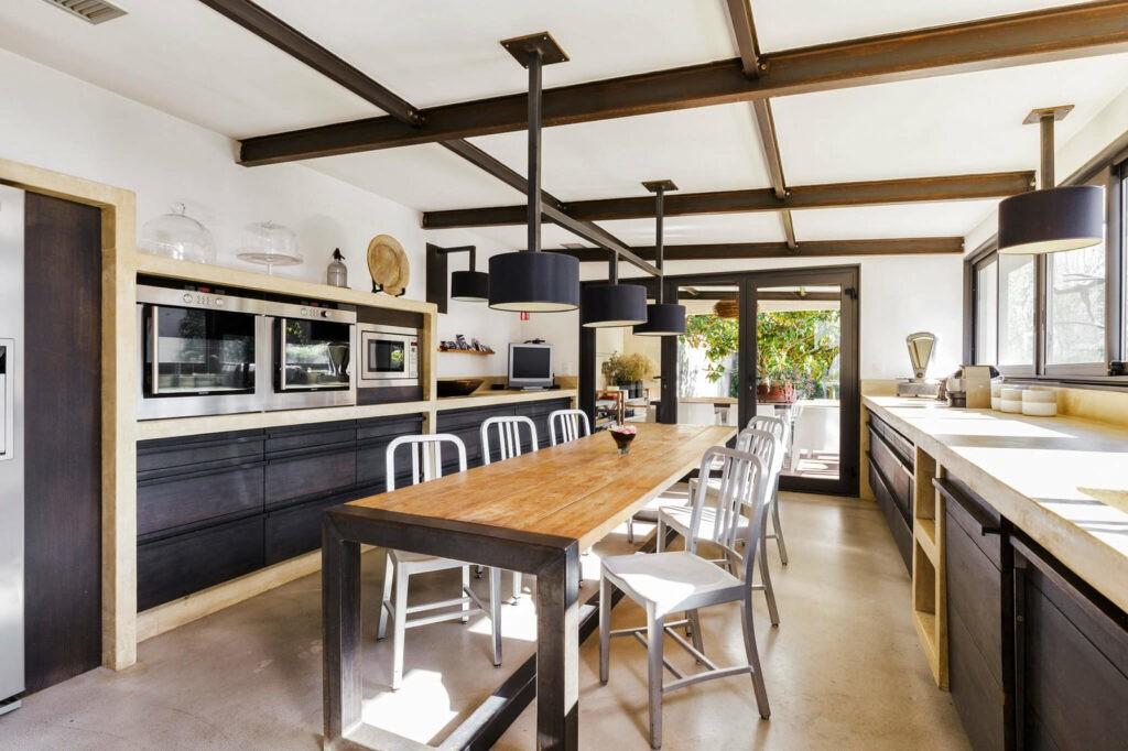 Une cuisine immense et avec du matériel de professionnels. Cette cuisine vous attend pour une réunion d'affaire.