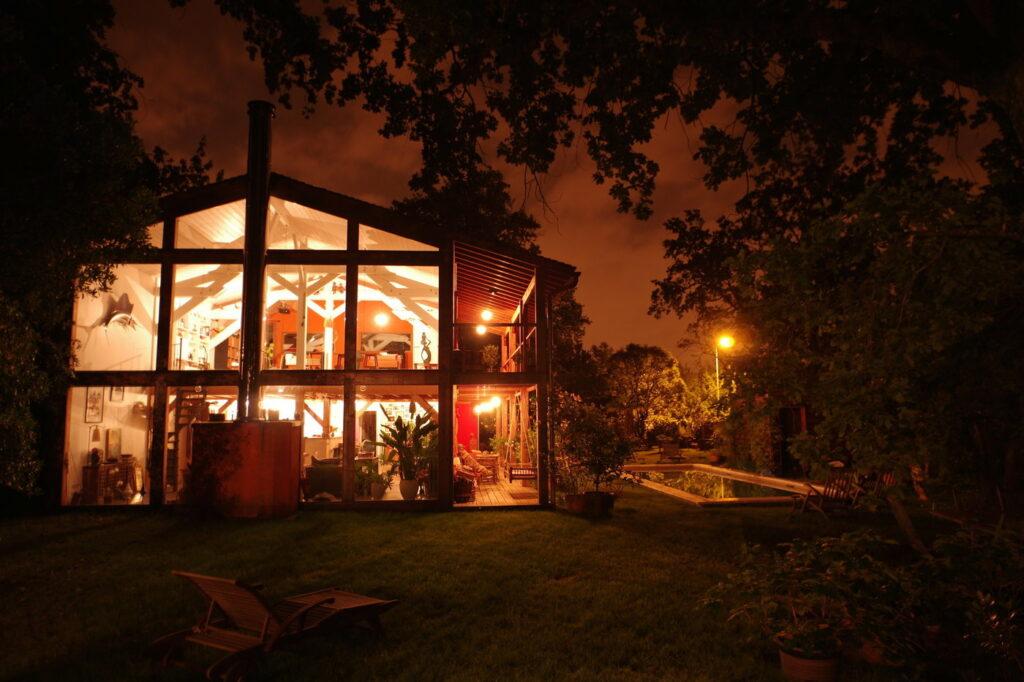 Une maison originale en bois qui se situe à Bordeaux. C'est un espace parfait pour organiser une réunion entre collègue de travail.