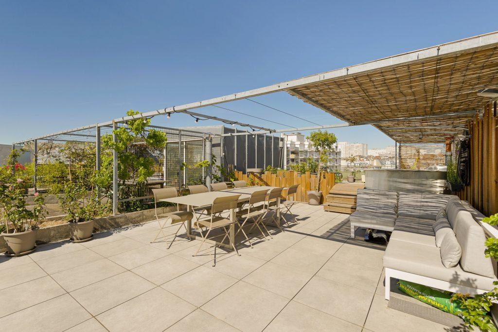 Sur les hauteurs de Belleville, l'appartement de Robbe vous accueille pour vos réunions, évènements et productions.