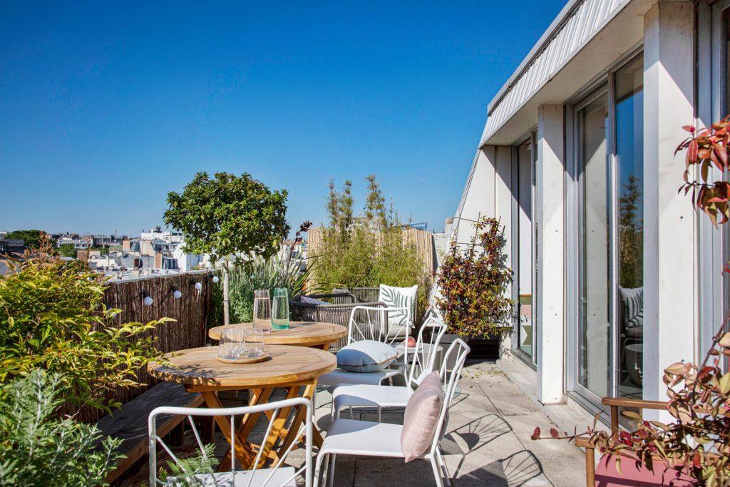 En plein coeur de Paris, cet espace est idéal pour vos réunions en terrasse. Son salon lumineux et sa terrasse privée offrent une vue privilégiée sur Paris