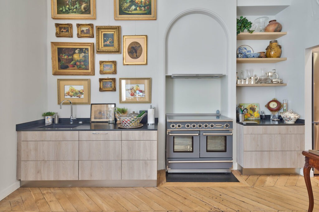 Une cuisine très bourgeoise et décorée avec soin. Cette cuisine nous donne l'impression d'une journée de chasse.