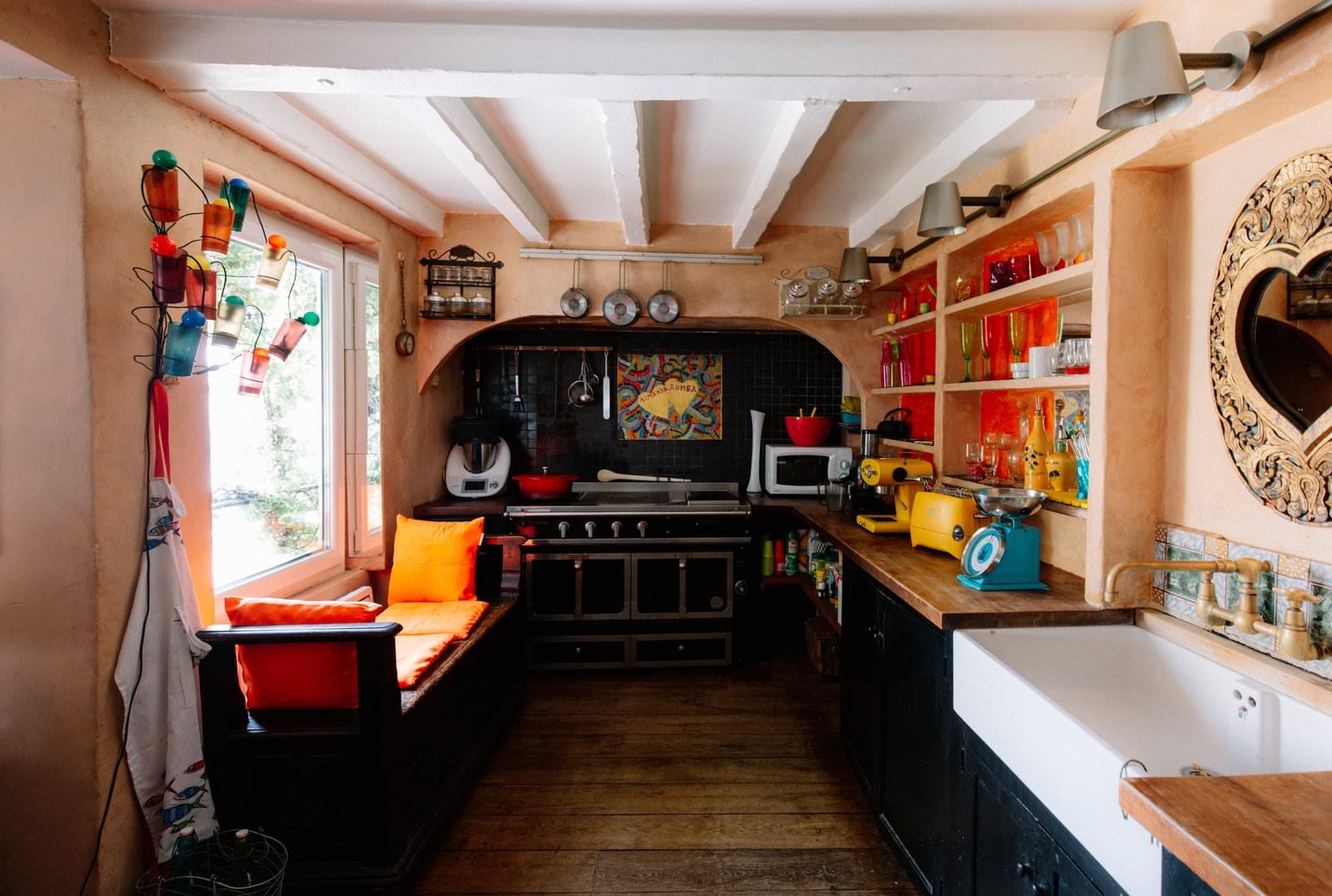 Une cuisine très colorée et décorée selon des codes atypiques. Super pour un évènement pittoresque.