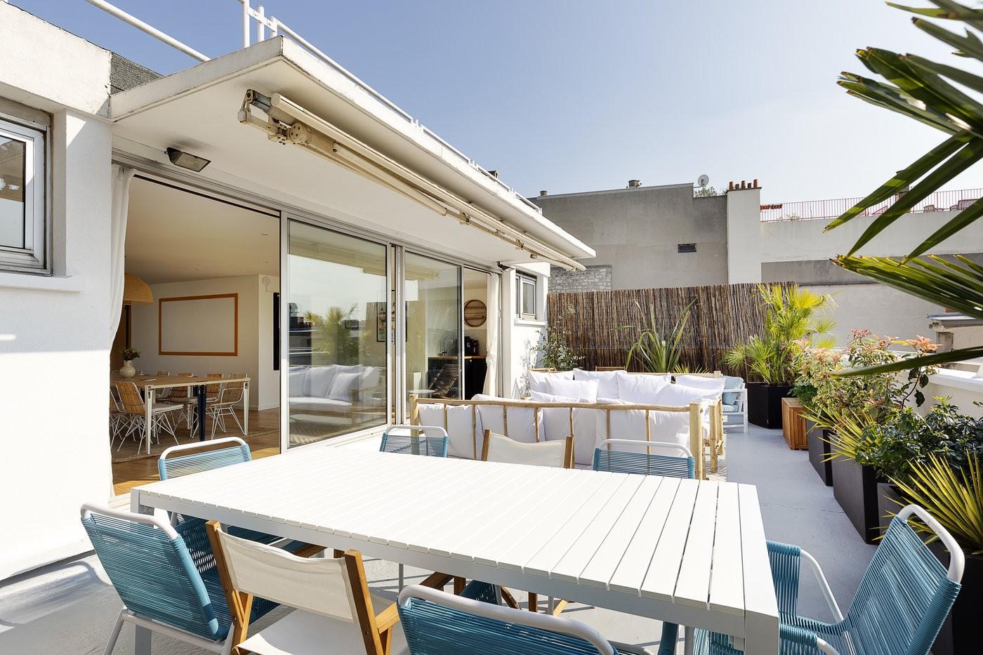 Rooftop bleu et blanc, moderne et lumineux