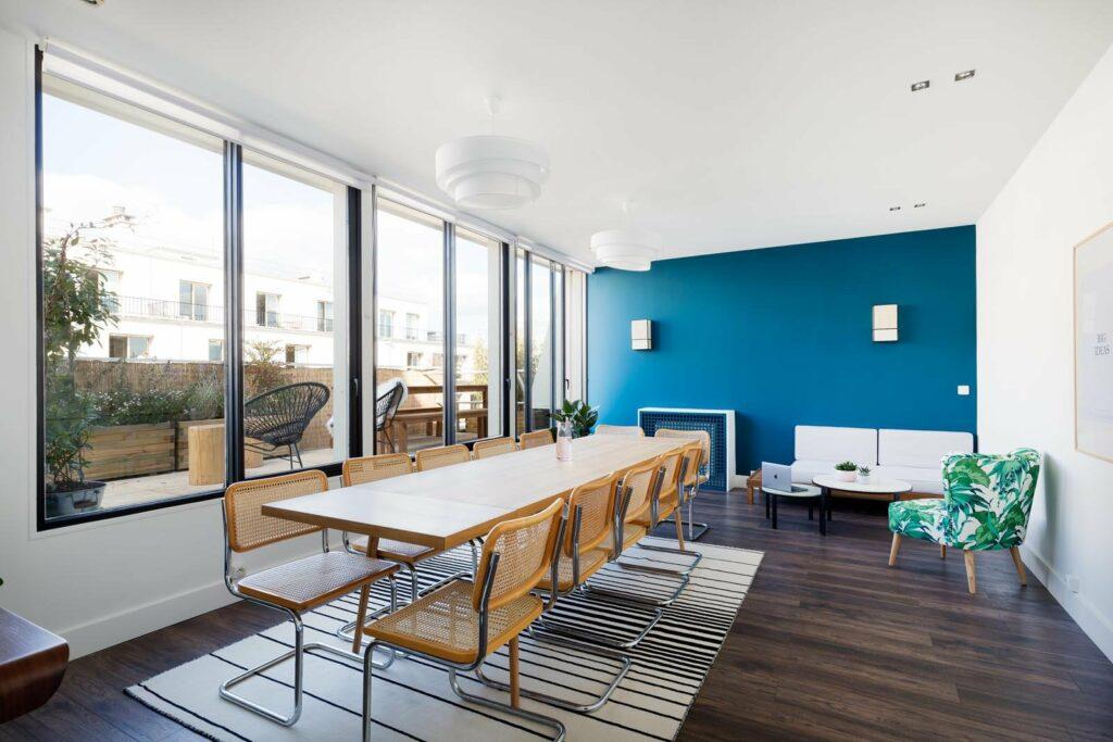 Appartement moderne, disposant d'une grande salle de réunion avec vue sur une immense terrasse