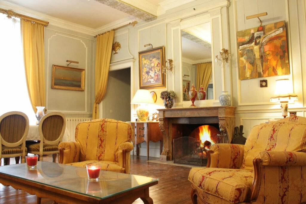 Chaque pièce possède sa propre ambiance et garde des caractéristiques de l'époque : moulures, cheminée, parquet ancien, etc. La décoration atypique de ce lieu vous permettra de s'imprégner de l'atmosphère unique de ce lieu d'exception. Ce château peut accueillir 45 personnes assises et 120 personnes debout pour un cocktail.