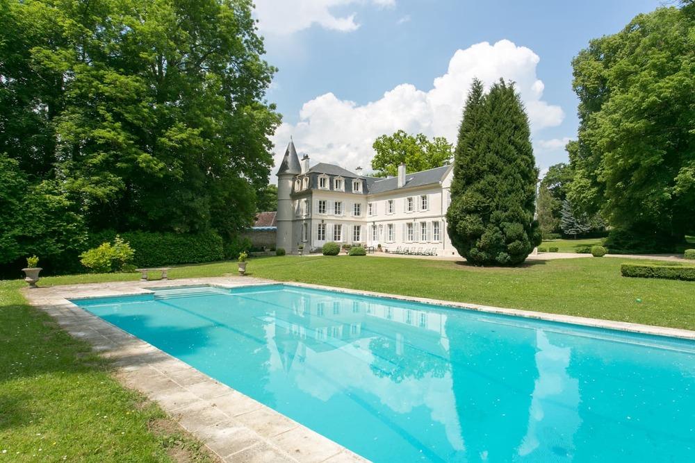 Chateau lieu d'exception avec piscine dans un parc arboré