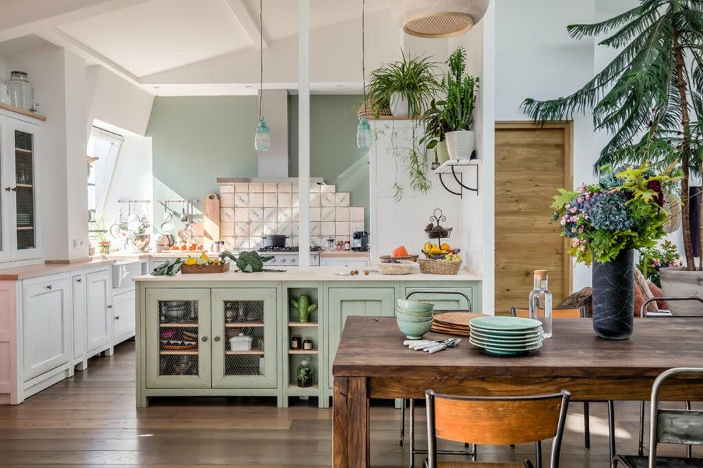 cuisine bohème avec grand table en bois en plantes suspendues