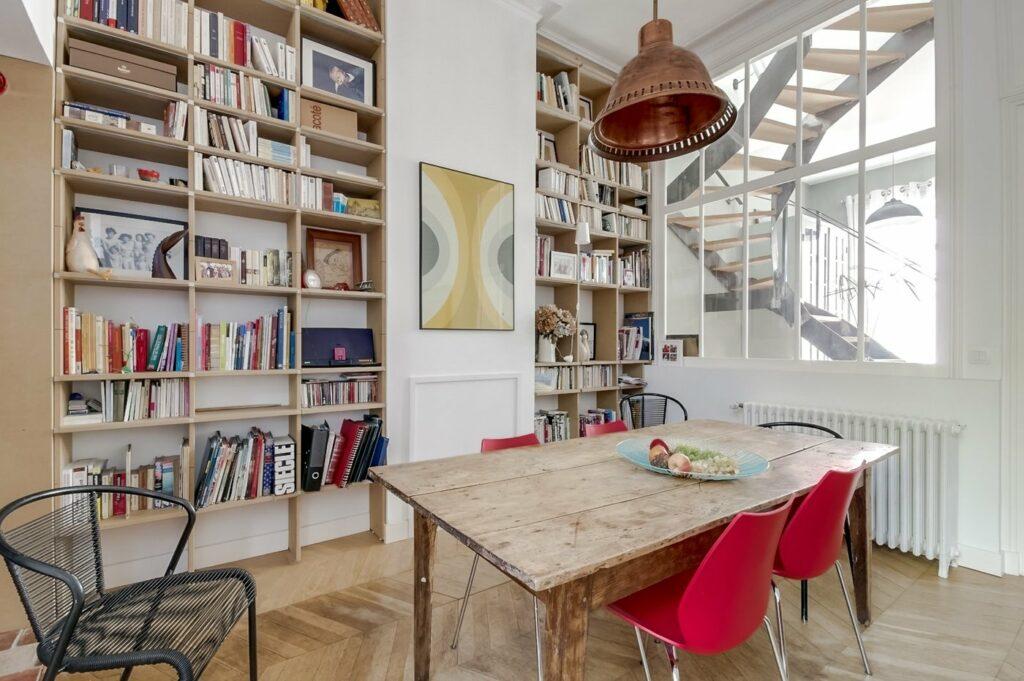 Une échoppe typique de Bordeaux avec une touche de couleur et une décoration atypique, un espace pour toute réunion.
