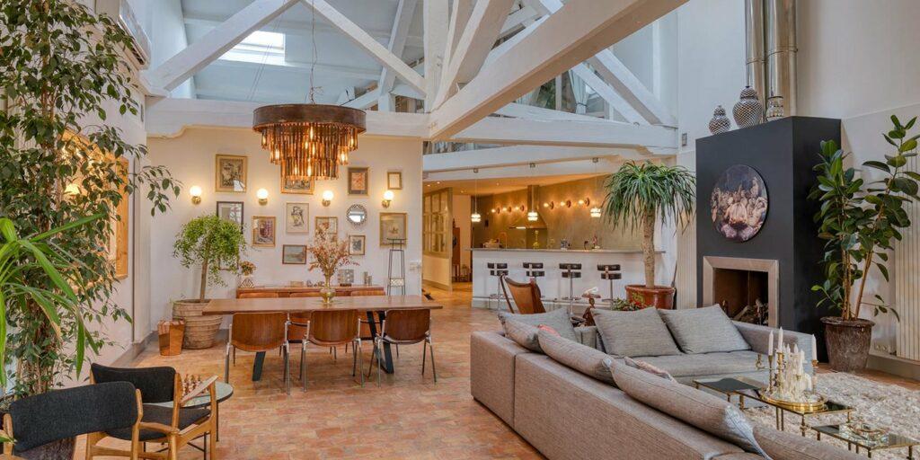Un espace événementiel avec de grand espace et une décoration splendide. Ce lieu est parfait pour vos réceptions et tout autre évènement professionnel.