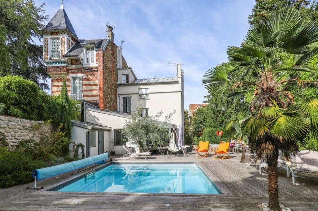 À 500m de la Gare de Saint-Cloud, 20 minutes en train de La Défense ou de Saint-Lazare. La maison de Damien avec piscine est idéale pour organiser vos réunions, évènements et productions en toute sécurité.