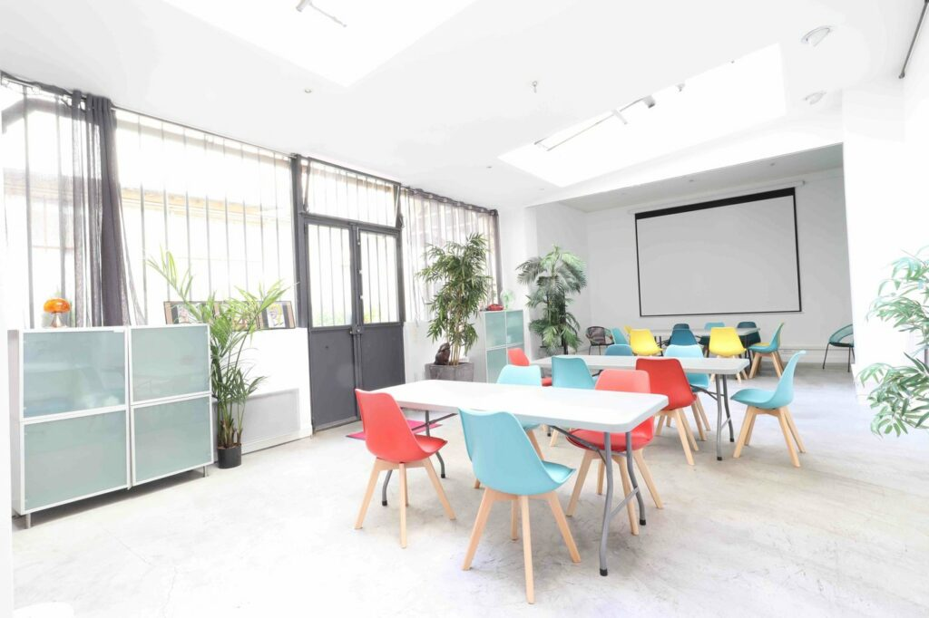 Le Pop Art loft est un ancien atelier d'artiste de 100m2 de plain-pied, baigné de lumière naturelle. Il est situé au cœur du 9ème arrondissement de Paris. Cet espace atypique, décoré dans un style pop art très coloré, est complètement modulable pour vos réunions, workshop, team-building, conférence.