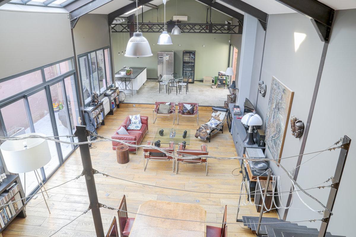 Grand loft industriel, épuré et bien décoré pour réunion, événement ou production