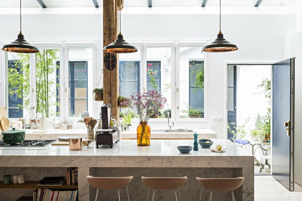 Une cuisine très lumineuse et décorée avec soin. Cette cuisine est le design idéal. Superbe afin d'organiser un séminaire.