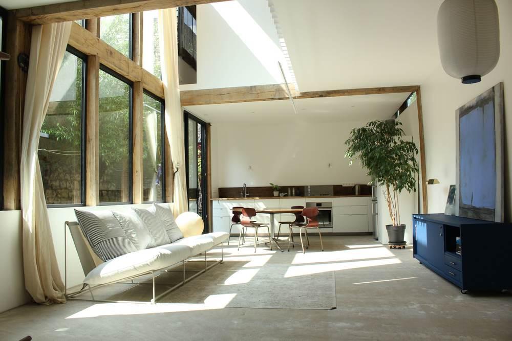 maison en bois baignée de lumière