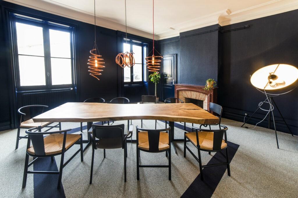 Une salle design et chaleureuse à Bordeaux qui peut accueillir une équipe pour une réunion de travail.