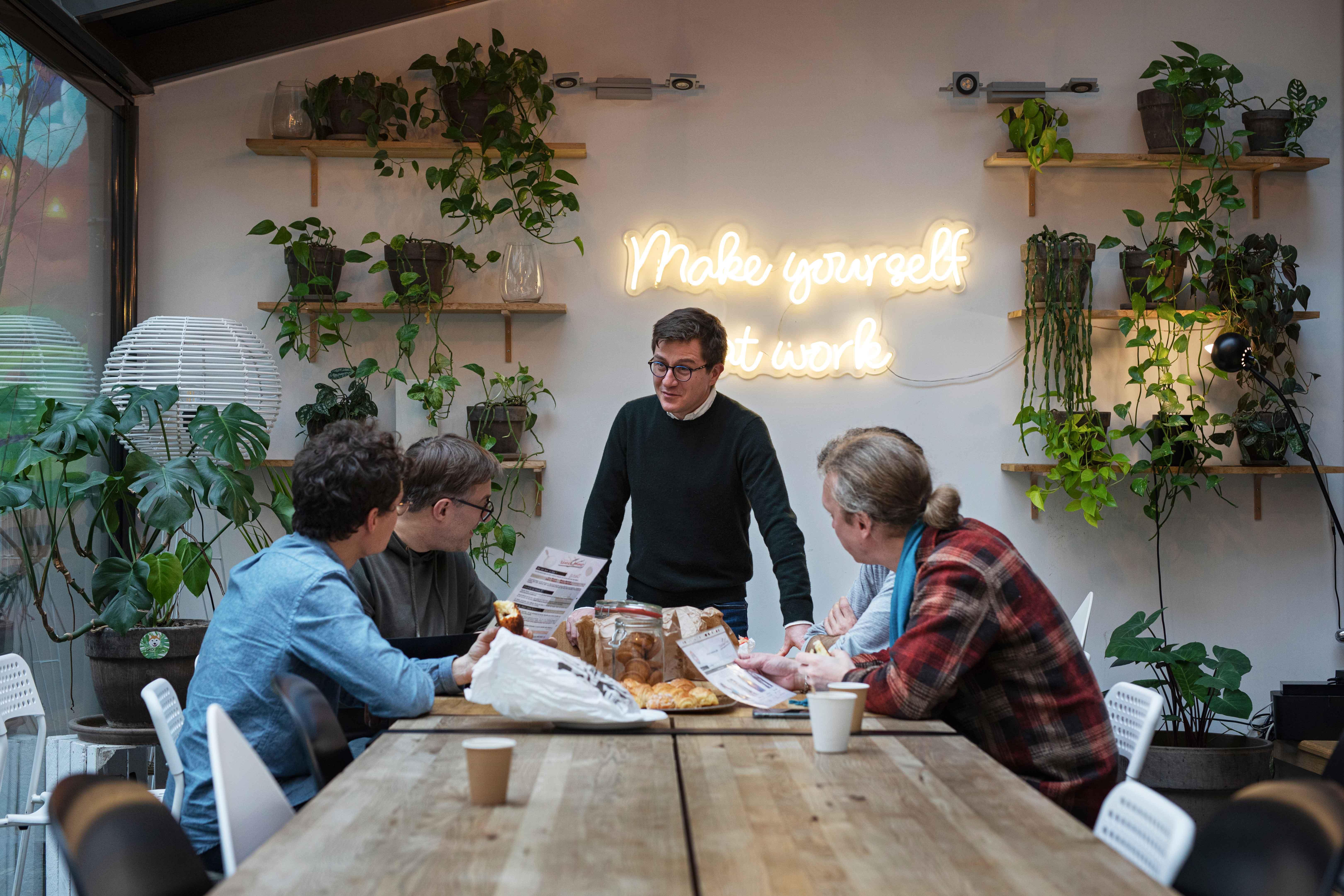 Équipe d'entrepreneurs au sein d'une maison moderne et végétale