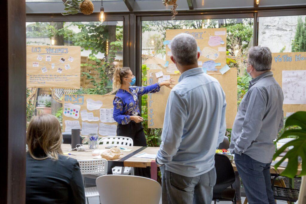 une équipe qui réfléchi ensemble en atelier prototypage avec des masques