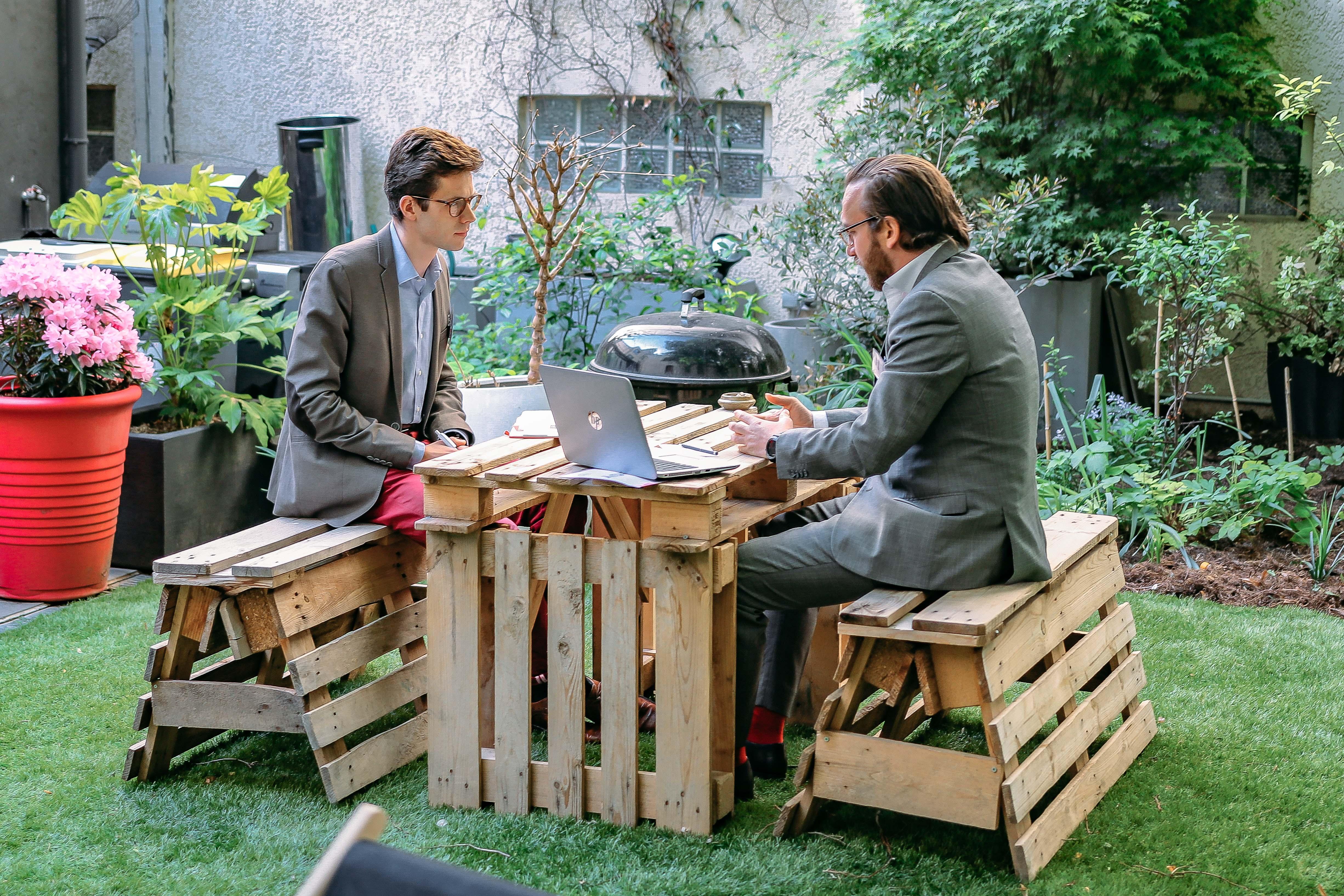 2 hommes se réunissent en plein air pour une réunion créative