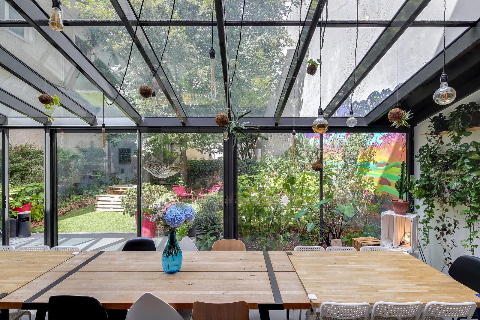 Magnifique maison atypique avec verrière et un très grand jardin coloré en plein coeur de Paris