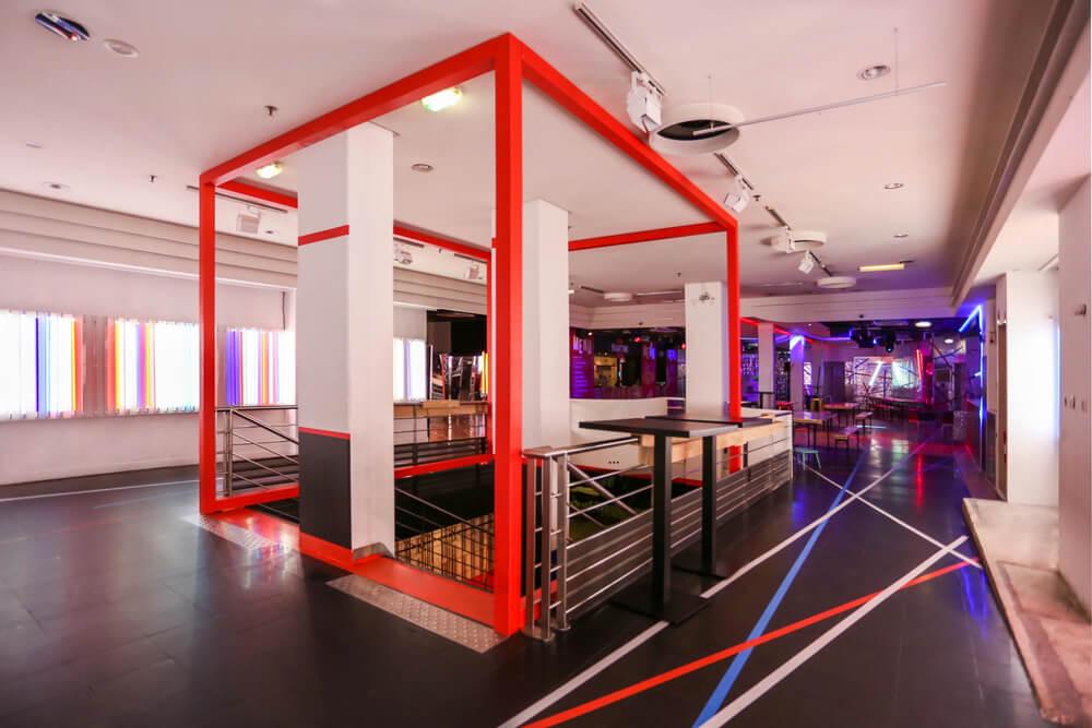 Showroom coloré et spacieux
