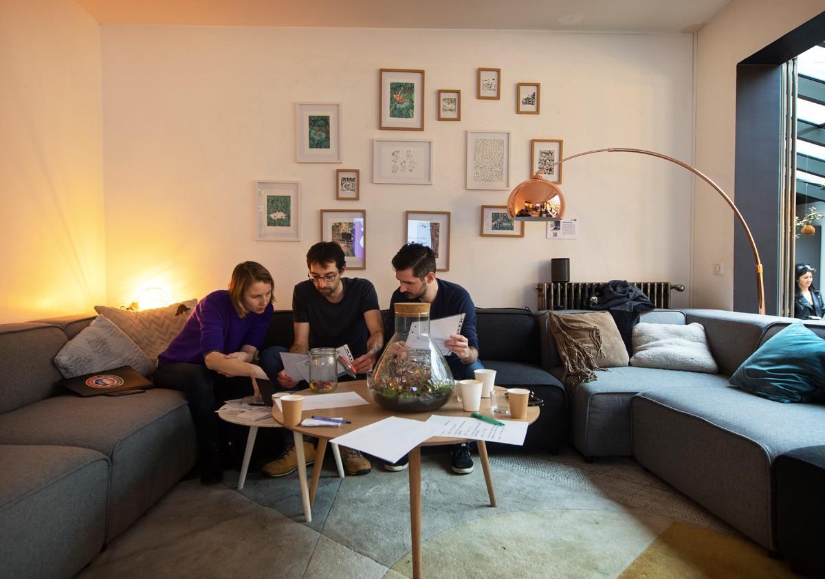 Groupe de travail dans un salon moderne