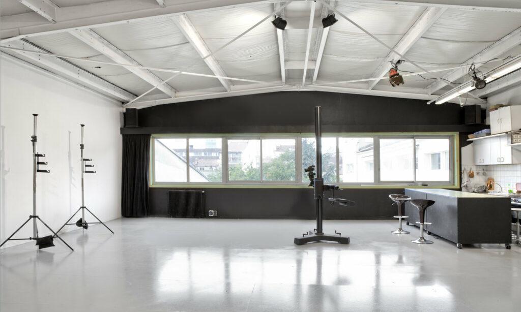 Un plateau de 100 m2, fonds papier, table make-up, espace détente, possibilité lumière du jour exposé nord. 4,5 m de hauteur sous plafond. Un espace bureau. Possibilité location lumière, flash électronique, boite à lumière et nombreux accessoires, station numérique.