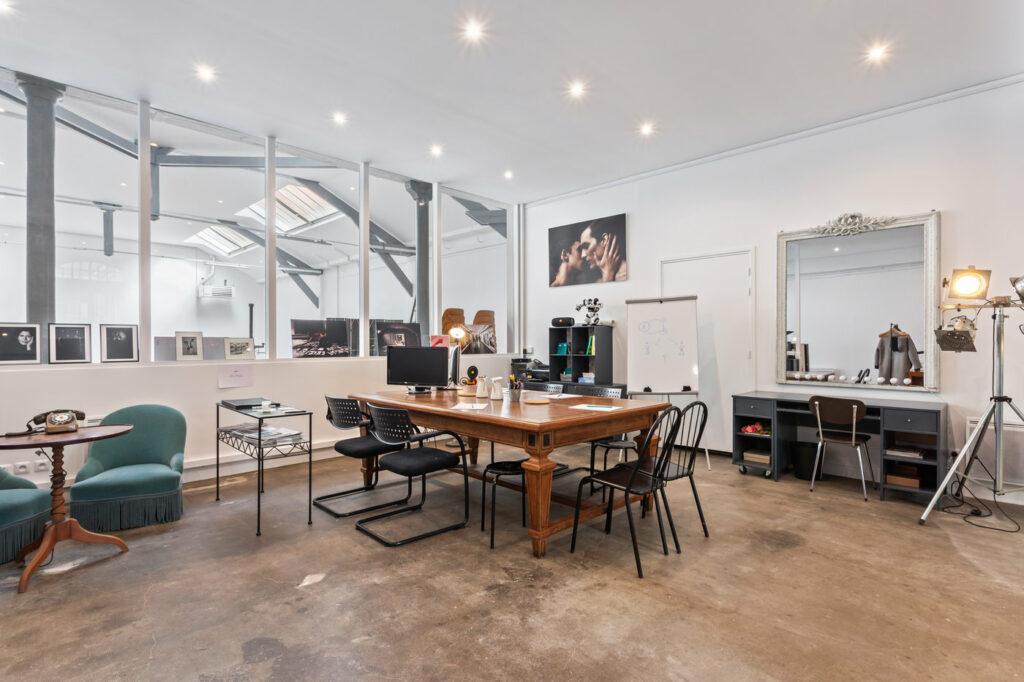 Cet ancien atelier d'artiste a été rénové dans son style manufacturier d'origine, et équipé de meubles vintage recyclés sur place ou chinés dans la région. Avec ses presque 300m2 au total dont un plateau 180m2 et sa lumière naturelle, les possibilités d'organisation de l'espace sont multiples !