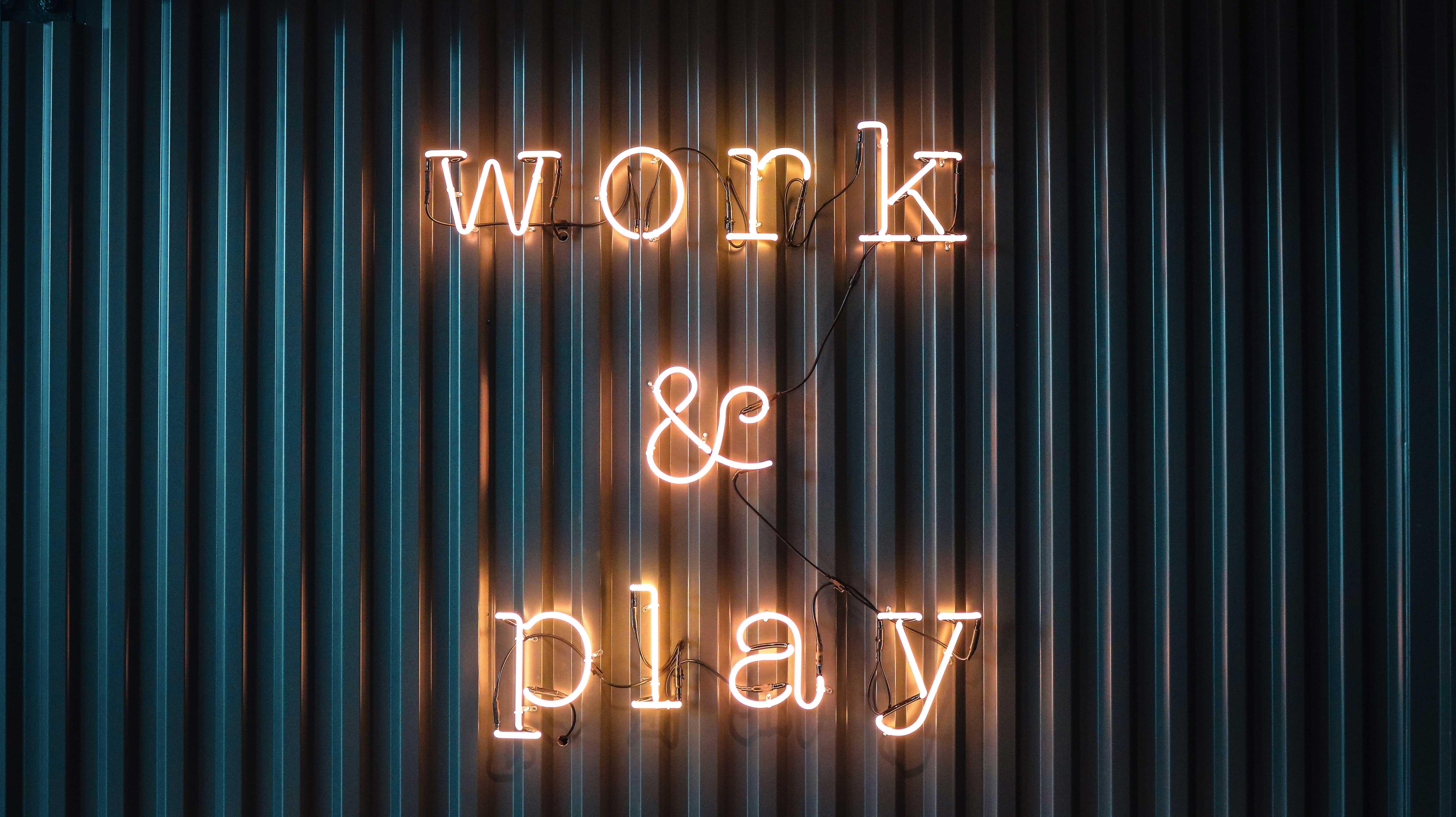 "Panneau lumineux, néon ""work and play"""